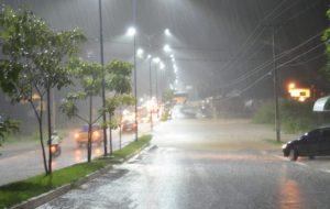 Forte chuva alaga avenida Senador Olavo Pires em Theobroma – Vídeo