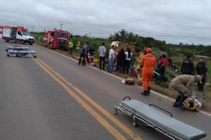 Ônibus capota na BR-364 próximo a Ariquemes e deixa várias vítimas feridas