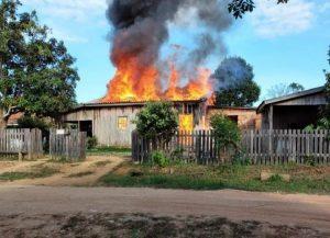 Casa é destruída em incêndio no município de Vale do Anari