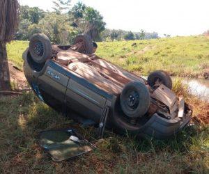 JARU: Veículo capota e vai parar fora da estrada na Linha 615