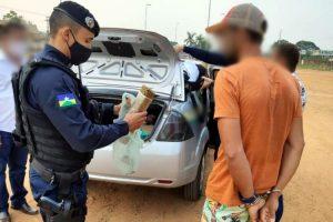 Homem é preso pela polícia militar com quase 1 kg de droga em Jaru