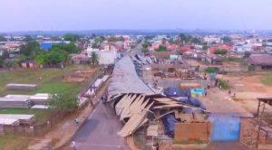 Forte chuva destrói barracão em Ji-Paraná na tarde deste domingo