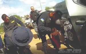 Policiais realizam manobra para ajudar bebê que estava engasgada, em Ariquemes, RO